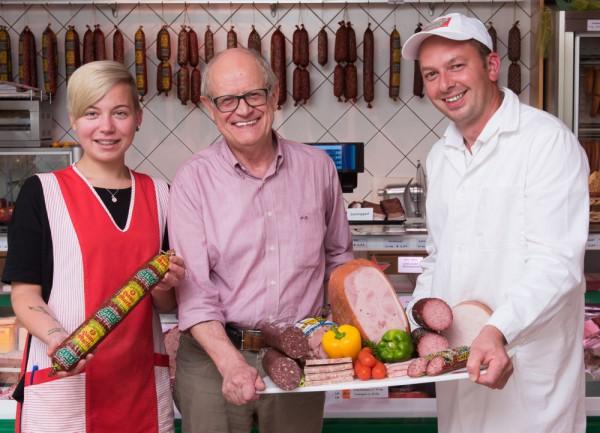 Stolz präsentieren Mitarbeiterin Nicole Franzl, Firmeneigentümer Otto Graf, Geschäftsführer Christian Strohmayr die prämierten Produkte